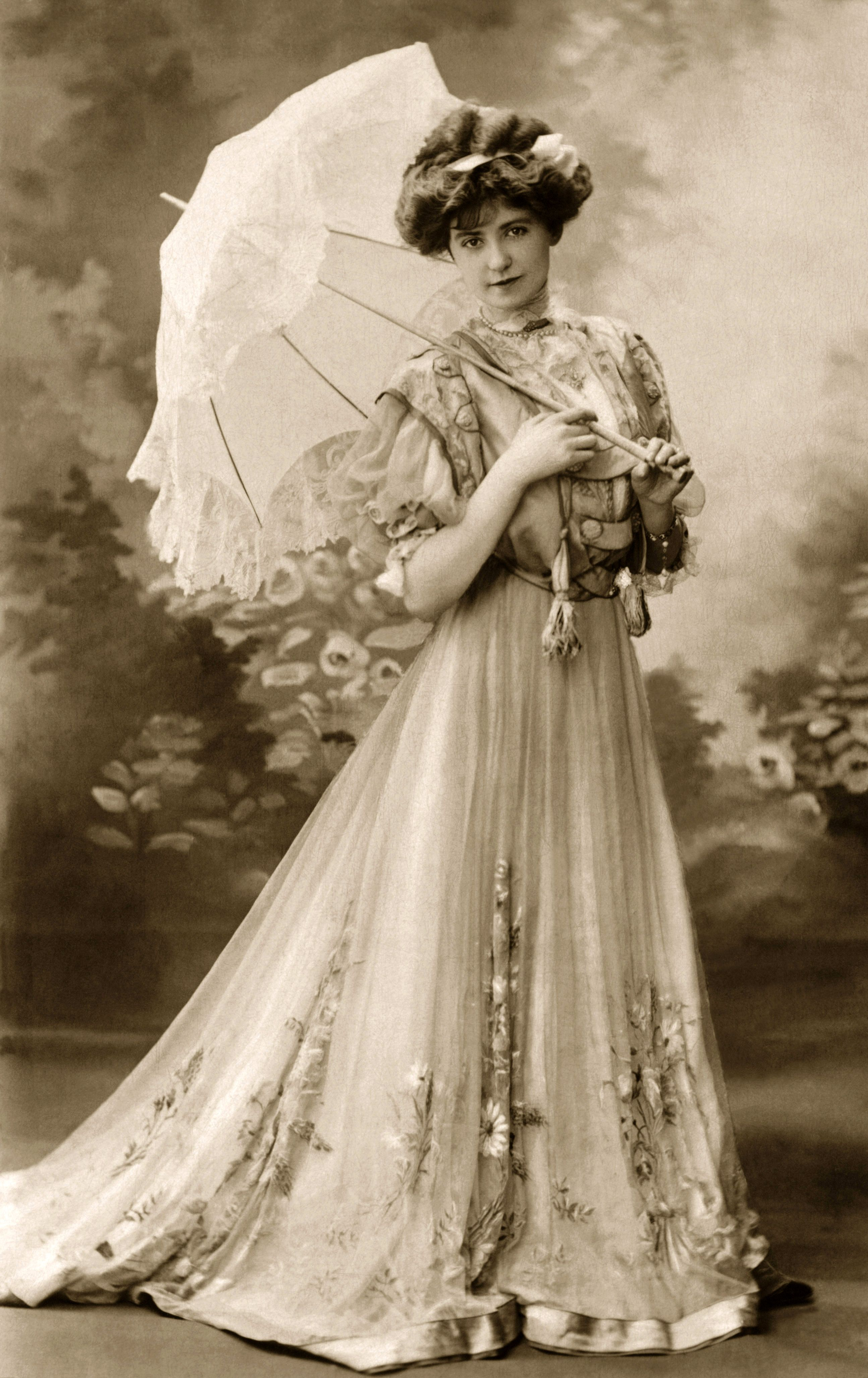 Victorian era gown with Parasol | Victorian Decor ...