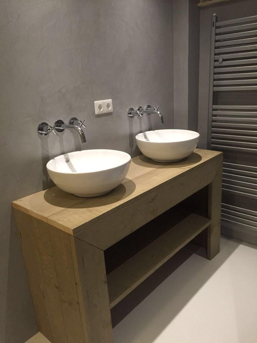 Badkamermeubel steigerhout vloer van epoxy, muren beton cire .