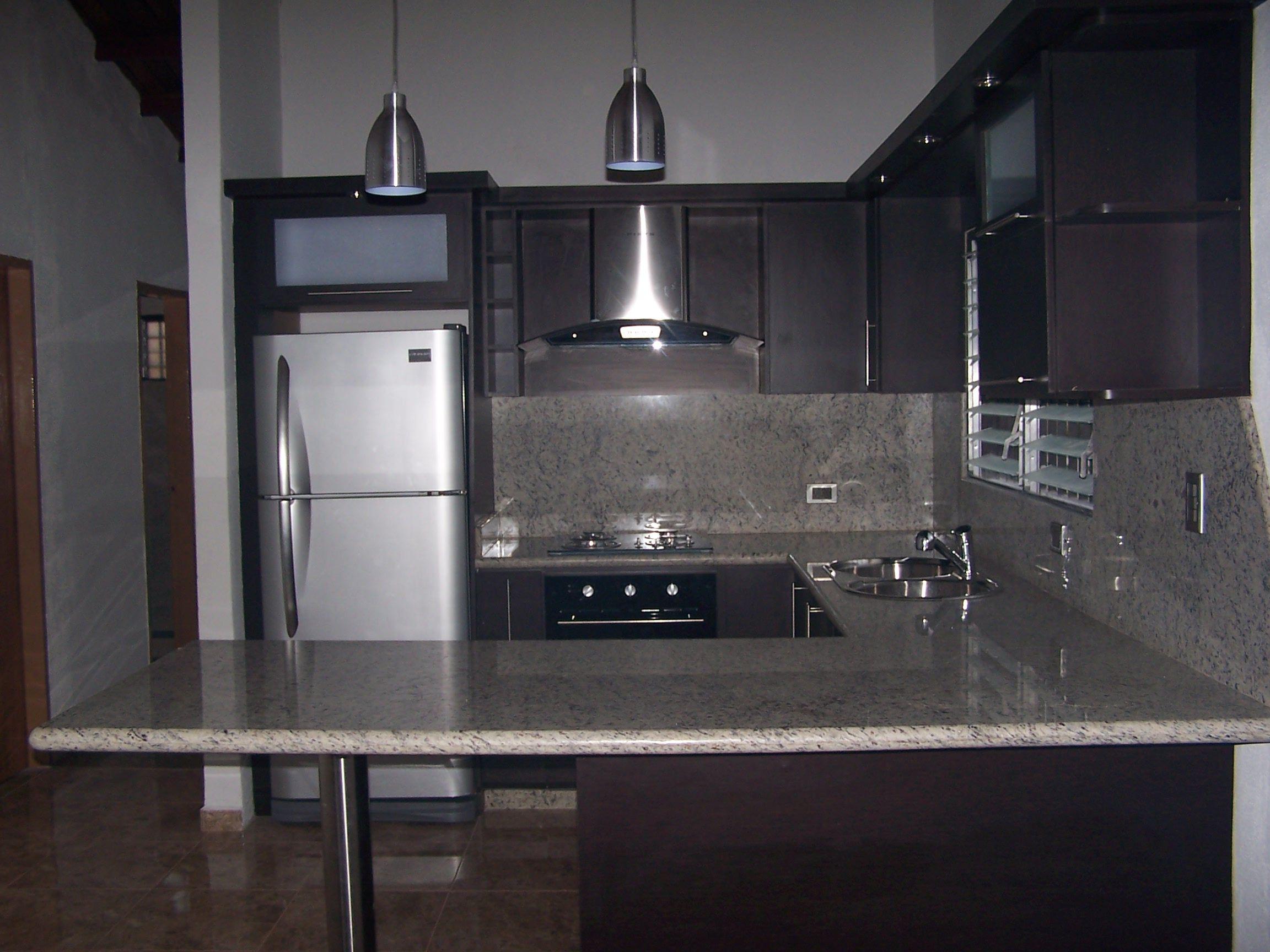 Cocina empotrada moderna color wengue tope en granito for Cocinas de granito