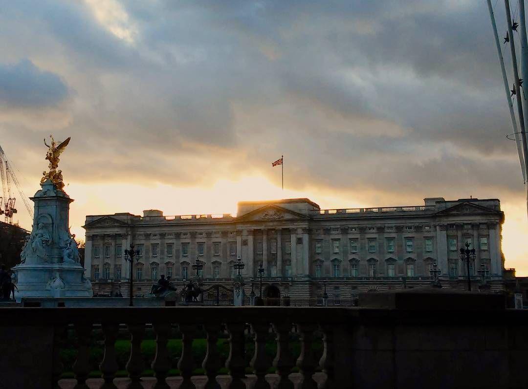 E poi c'è Queen Betty che non scende a salutarci #poveracci #london by sonyponga