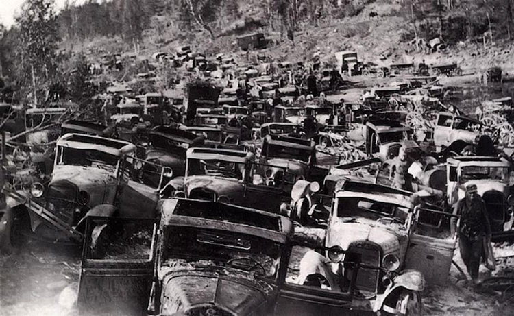 50 Vintage Photos Of Classic Car Salvage Yards And Wrecks From Between The 1940s And 1950s Vintage Everyday Classic Cars Junkyard Cars Wwii Vehicles