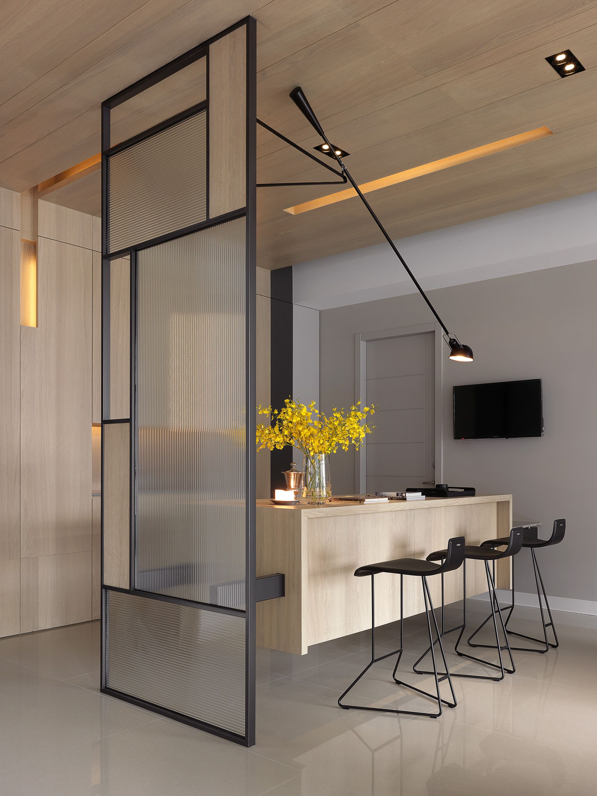 It S Lovely But I Would Be Forever Hurdling Those Black Bars To Get Through That Gap Separation Cuisine Salon Déco Maison Aménagement Appartement