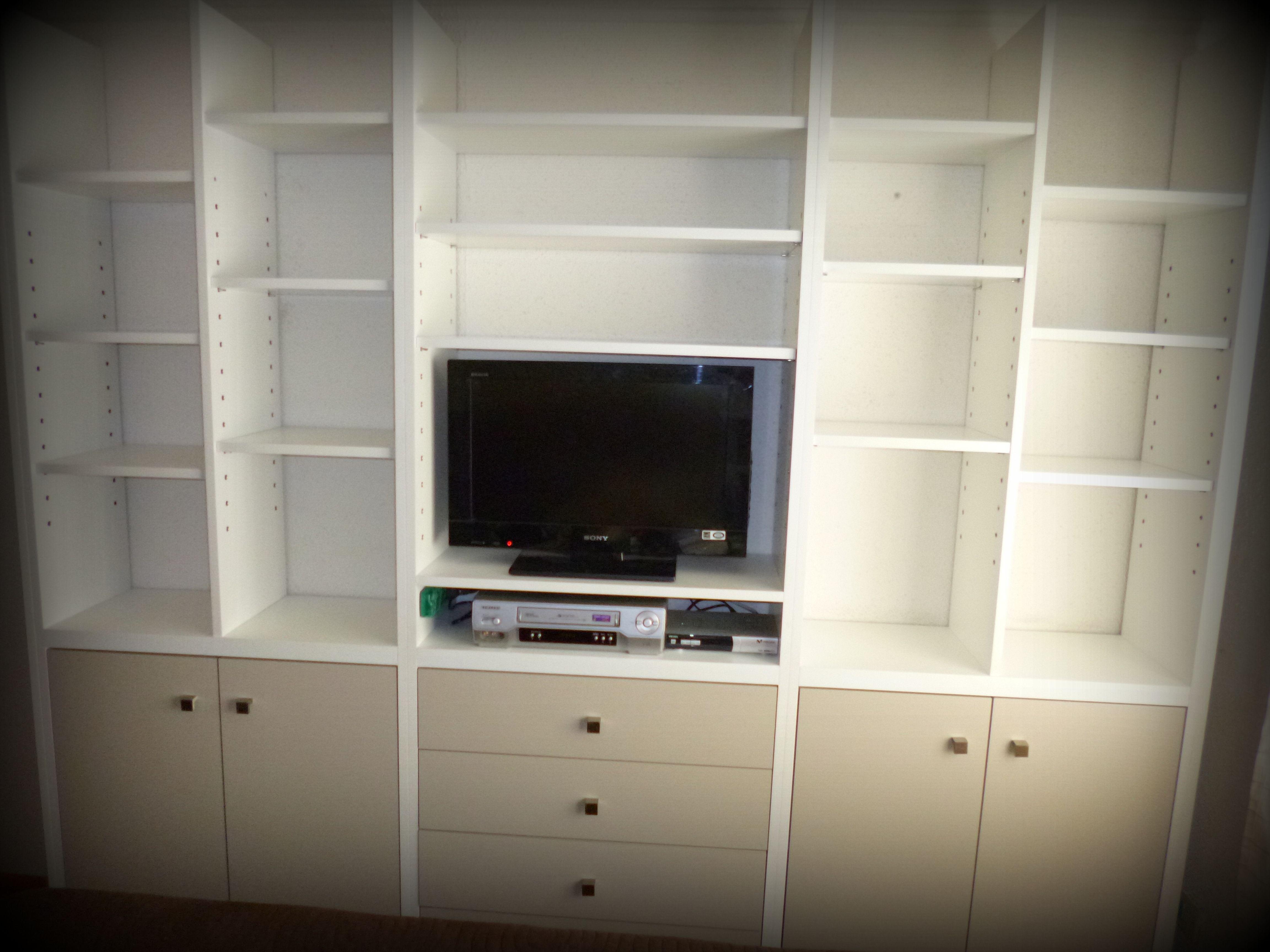 Mueble biblioteca con pilares engrosados en melamina y for Como empapelar puertas
