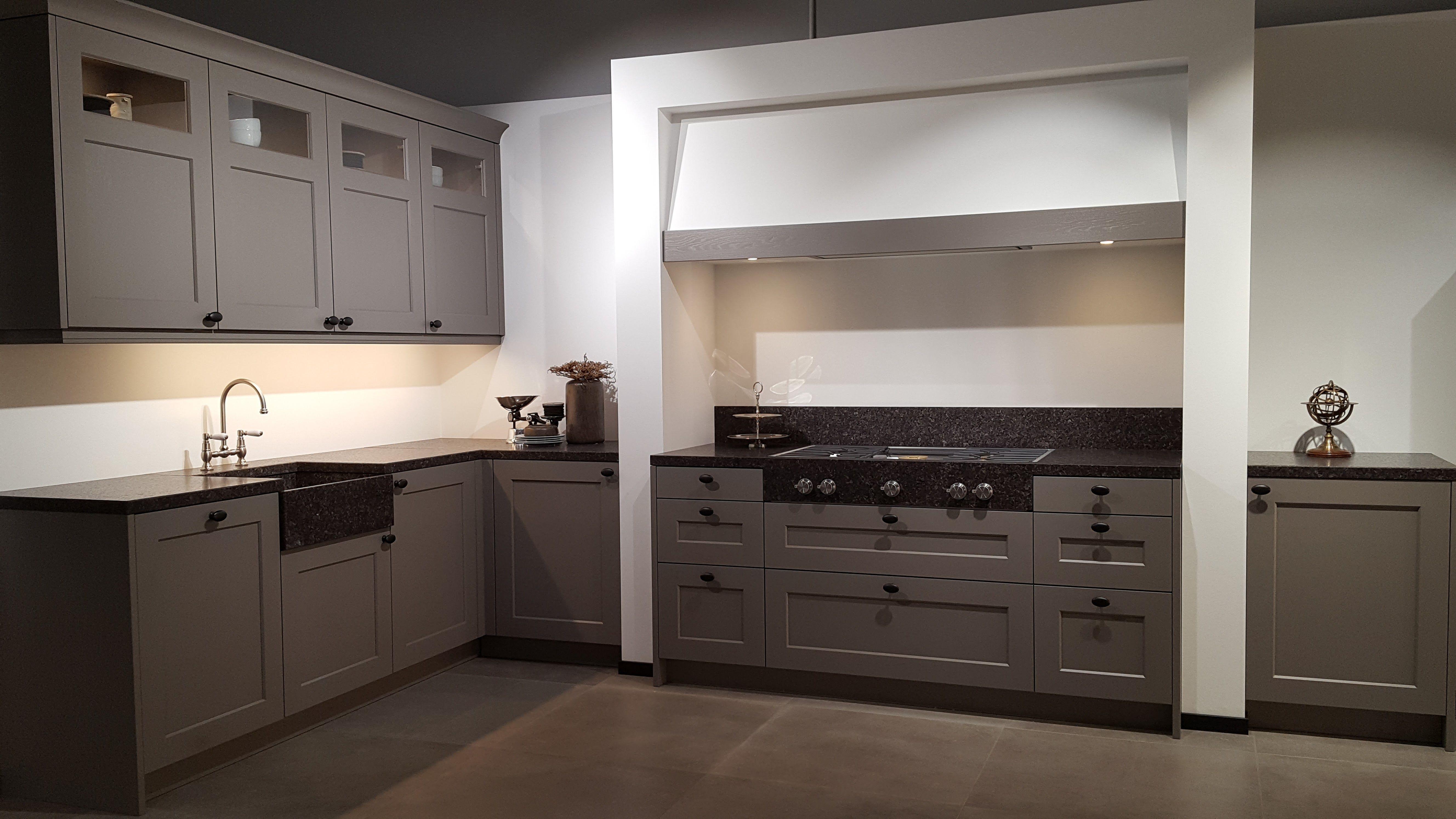 Prachtige landelijke keuken met butlersink spoelbak en in graniet