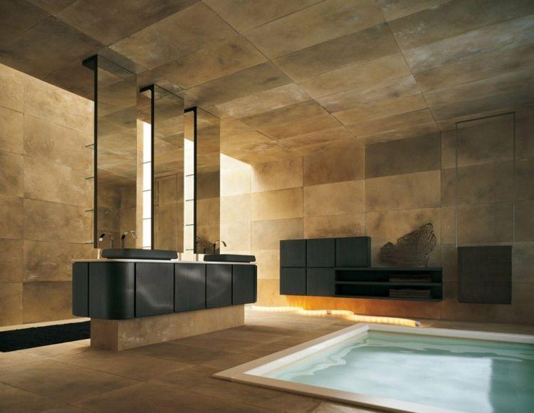 Modernes Bad mit braunen Fliesen, eingelassener Badewanne und ...