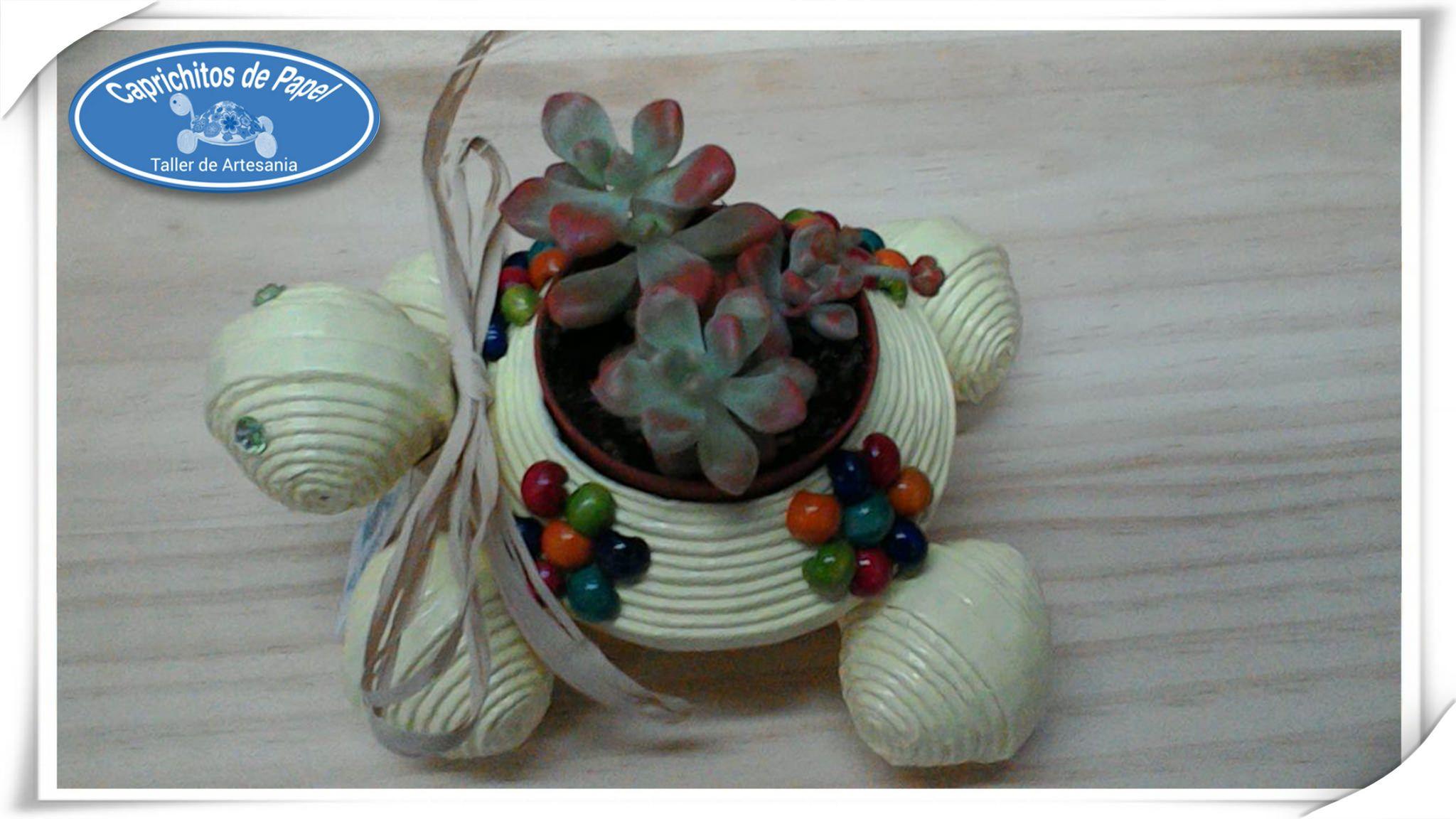 https://flic.kr/p/ruAyok   Tortuga Porta Macetas   Cajita Joyero Tortuga, hecha de papel de periódico y adornada con flores de bolas de colores, todos los materiales reciclados 100/*100.  Caprichitos de Papel ®