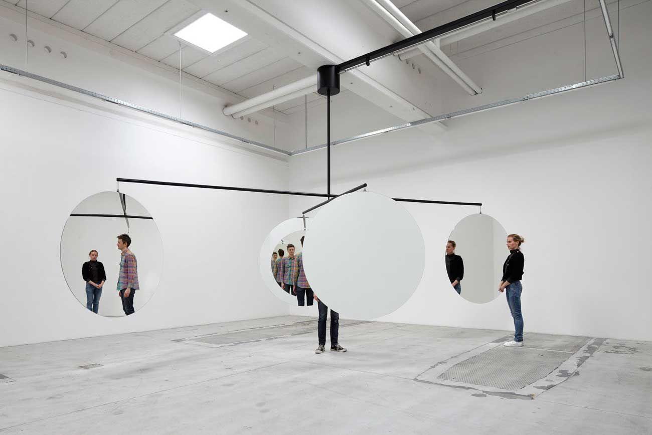 Jeppe Hein. Instalaciones. Uso del espejo y el espacio