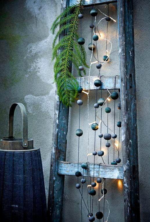 Helminauha koristaa kauniisti vanhoja tikkaita valonauhan lomassa.