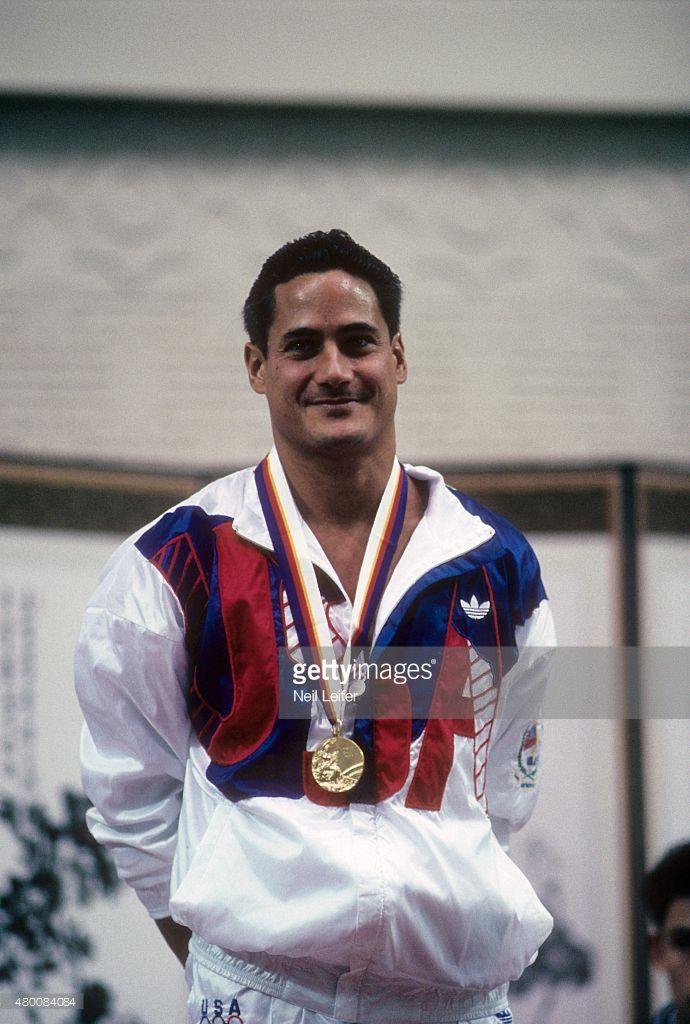 Greg Louganis   Ganó dos medallas de oro en los Juegos Olímpicos de Los Ángeles…
