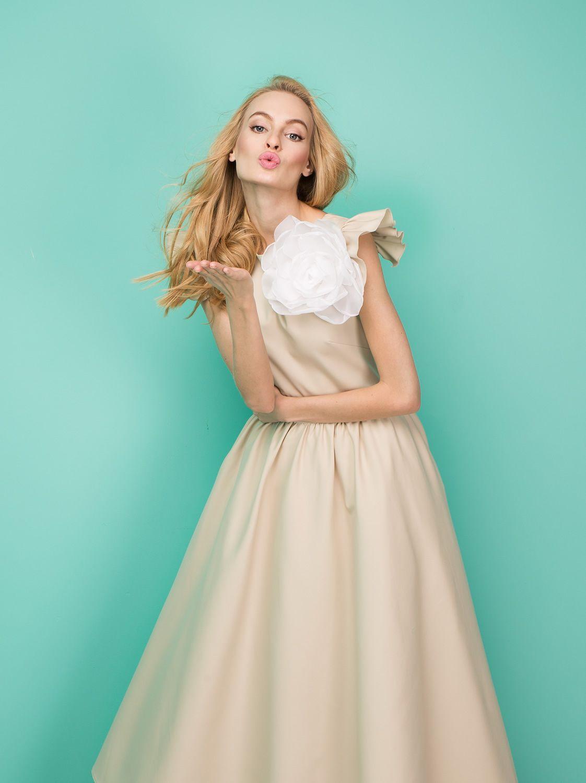 Платье с брошью цветком