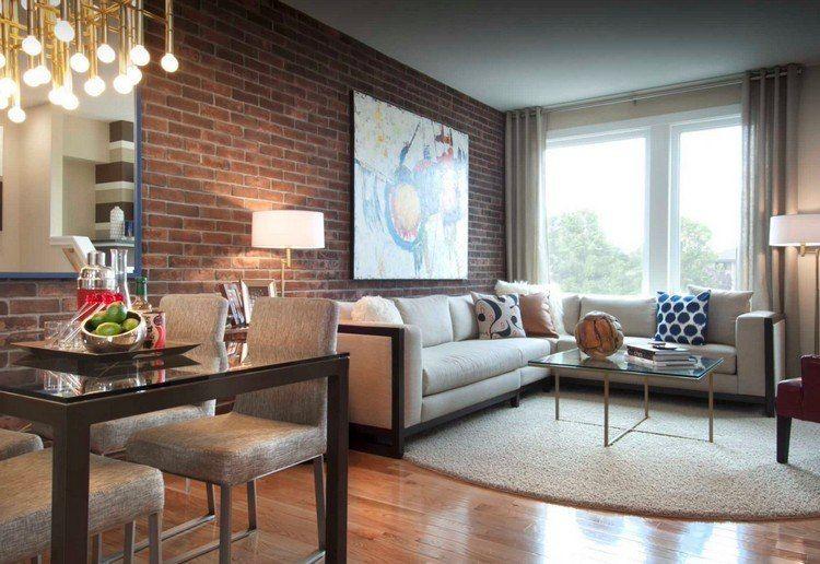 rote Backsteinwand, Sofa und Teppich in creme, Messing - kleines wohn esszimmer einrichten ideen