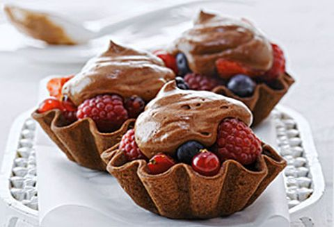 ¡Una maravilla de frutos del bosque y chocolate! Las delicadas tartaletas se rellenan con frutos del bosque y se cubren con una ligera crema de chocolate.