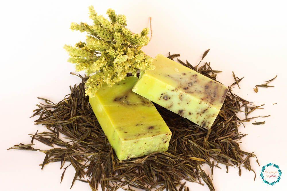 Jabón artesano de aceite de oliva con las propiedades del árbol del té y el té verde. Especialmente recomendado por sus propiedades antioxidantes, aumentando las defensas de la piel y luchando contra los radicales libres causantes del envejecimiento, por lo que reduce la aparición de arrugas.