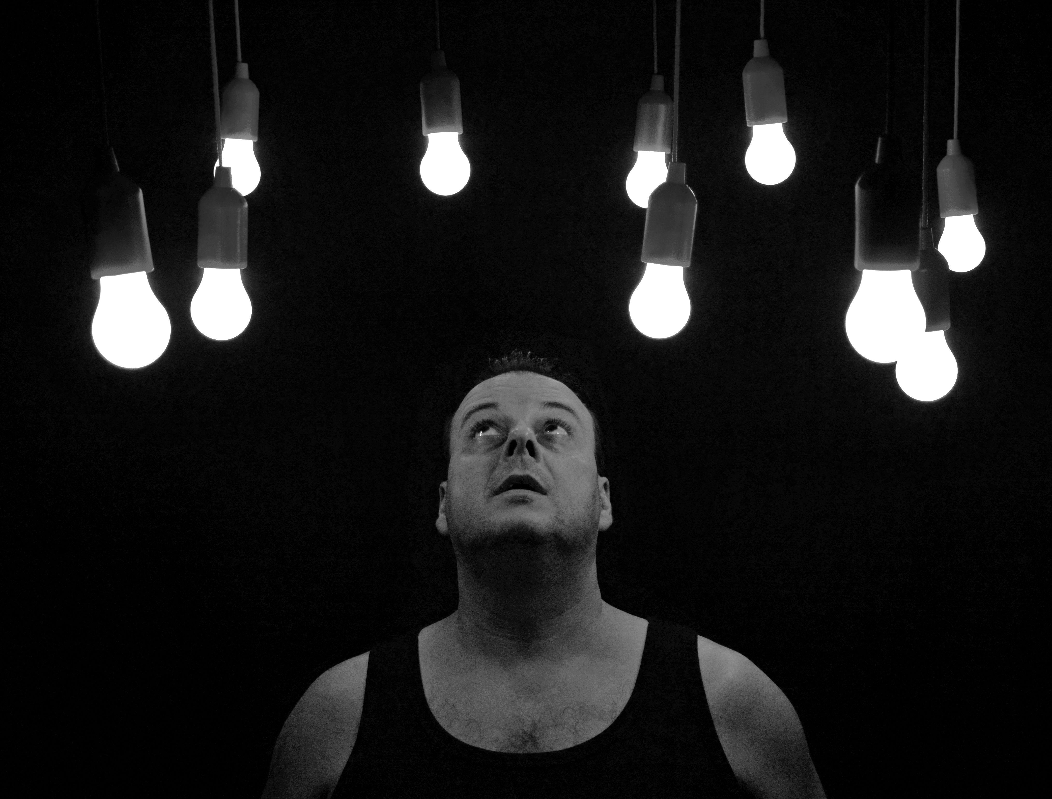 Mann mit Glühbirnen ...