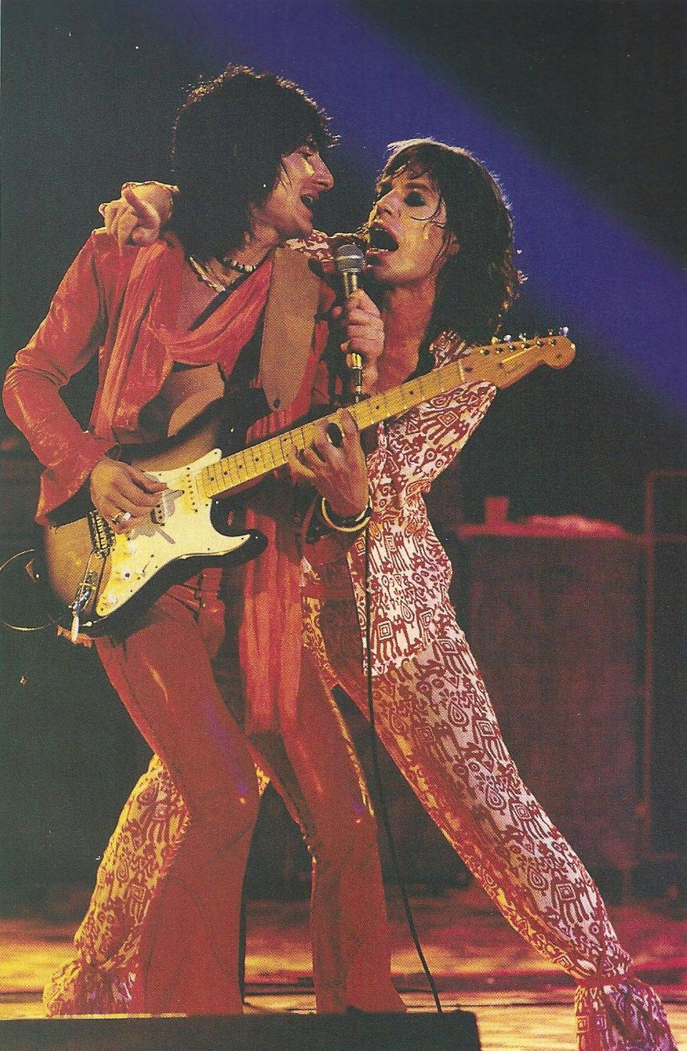 RON WOOD ET MICK JAGGER (1975) - Neil Zlozower  beautiful-name-is-beautiful:    Mick and Ronnie in concert in July 1975, by Neil Zlozower.