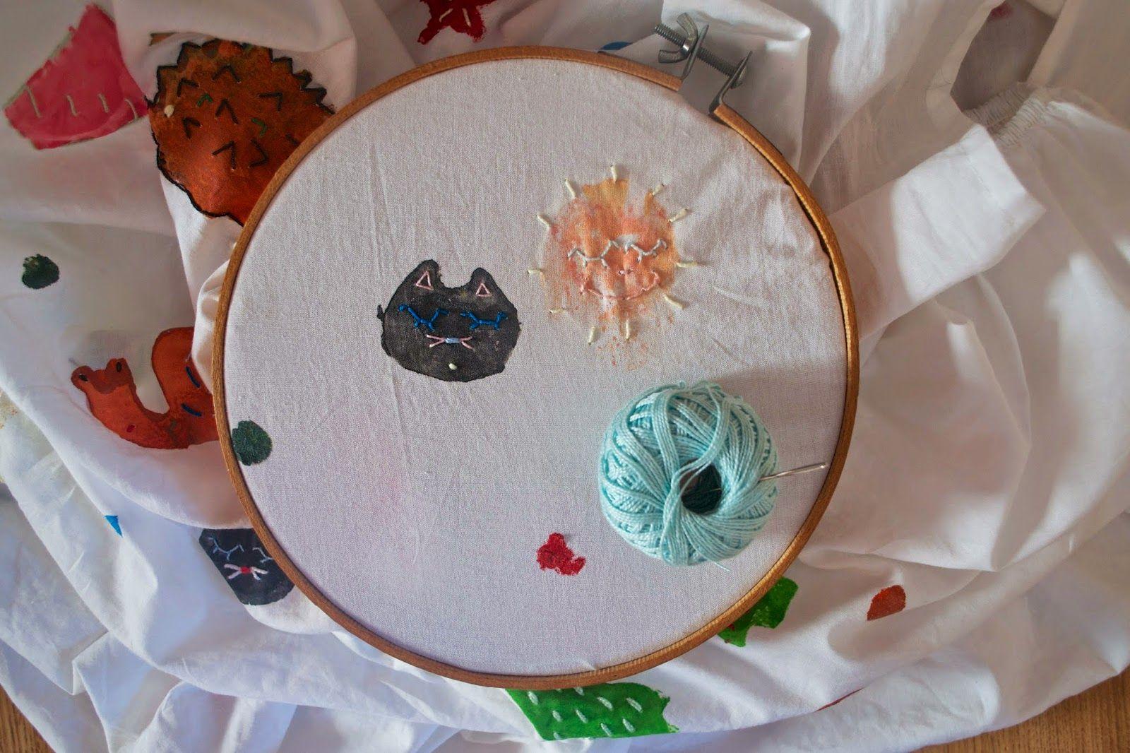 Pigs & Roses. Sabanita para el cole. Sheet. Sábana. DIY. Tutorial. Potato Stamp. Sello patata. Fabric paint. Pintura de tela. Embroidery. Bordado.