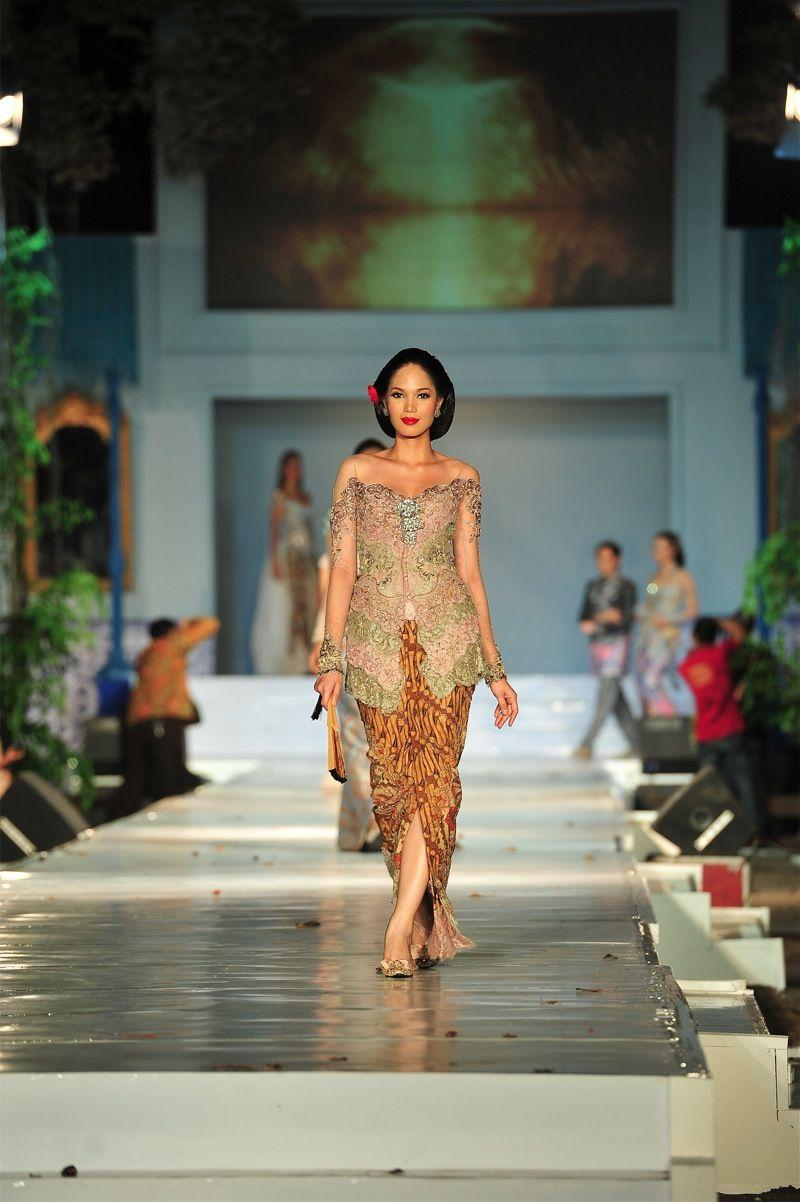 Pin oleh diniariyand di Indonesian Kebaya Wanita, Kebaya