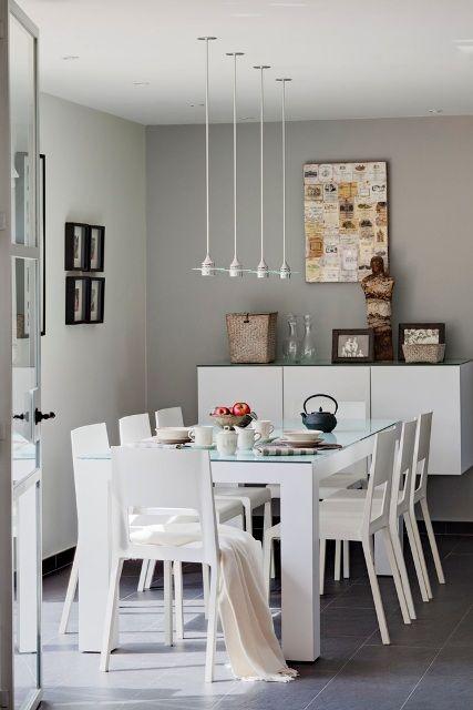 mesas y sillas blancas de comedor
