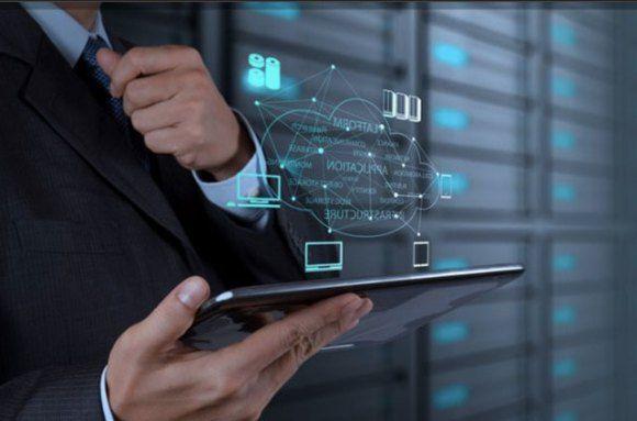 hombre utilizando tablet mediante conexión Wi-Fi de Aruba Valencia