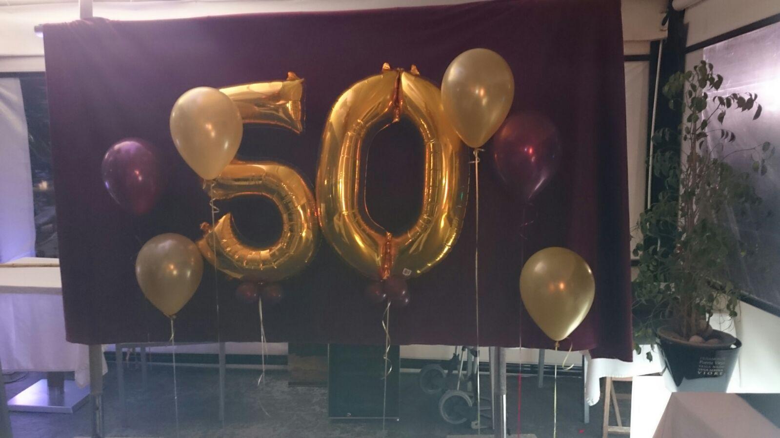 Photocall 50 a os con fondo terciopelo granate globos dorados del n 50 y globos granates y - Decoracion con globos 50 anos ...