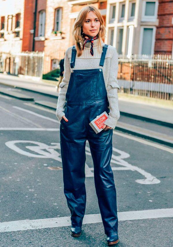 street look com macacão jeans e turtle neck  para dar um up no visual  adicione um lenço ou uma bandana para completar o look. 019502eac74