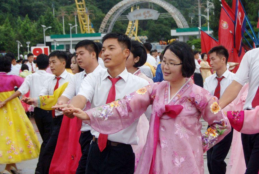 선군절 56돐경축 청년학생들의 무도회 진행-《조선의 오늘》