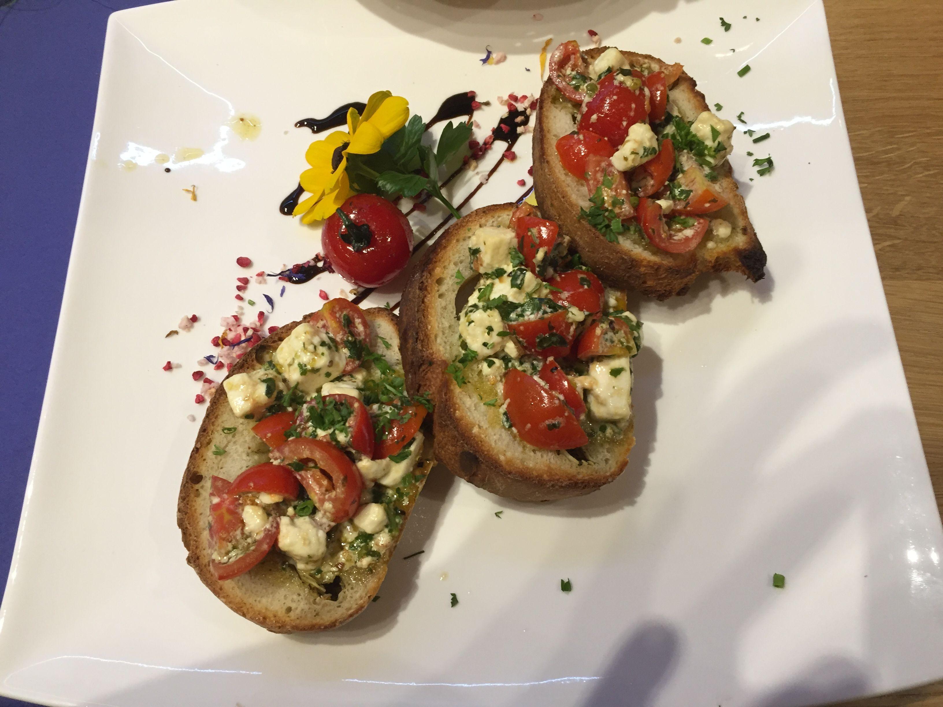 """Bruschetta """"Allgäuer Art"""" mit fruchtigen Tomaten, Schafskäse und Kräuter Pesto"""