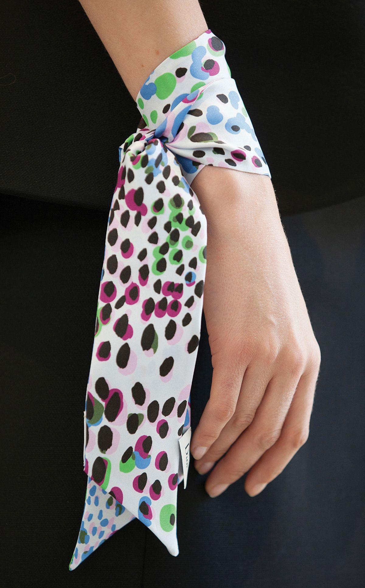 Le petit dernier des foulards Dior, le Mitzah, offre par ses dimensions  autant de manières d être porté qu il existe de caractères féminins. 9ee1181a2ee
