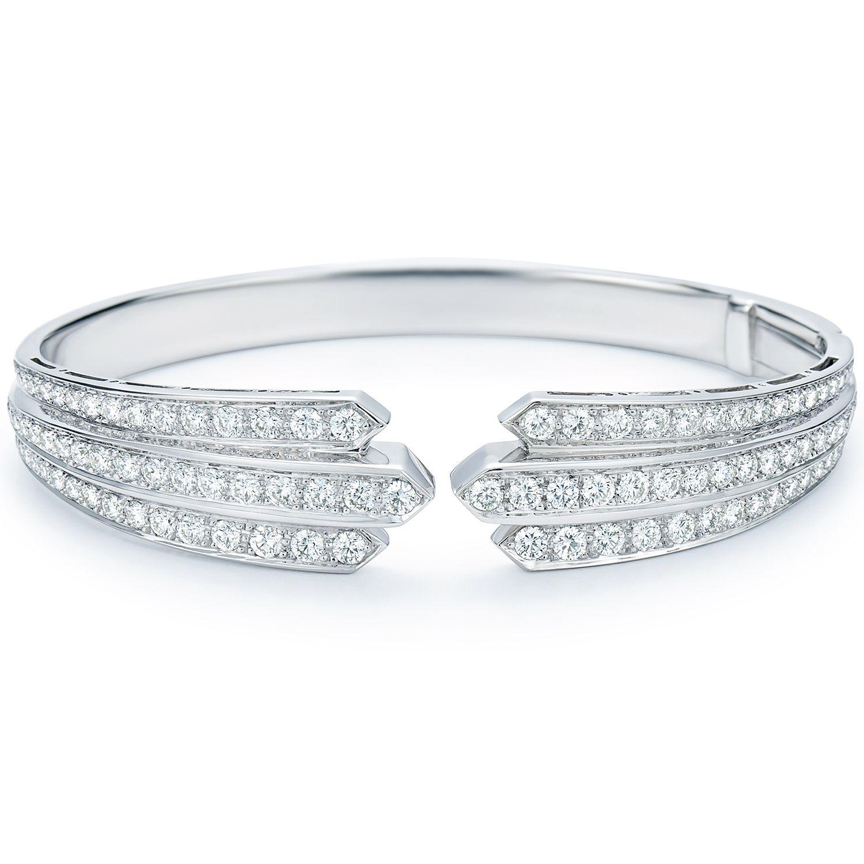 An elegant design uses stunning diamonds to send light cascading