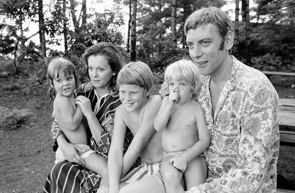 Ator Donald Sutherland com sua família. O futuro ator Kiefer Sutherland é o garoro chupando dedo, Califórnia – 1970. (Co Rentmeester/Time & Life Pictures/Getty Images)