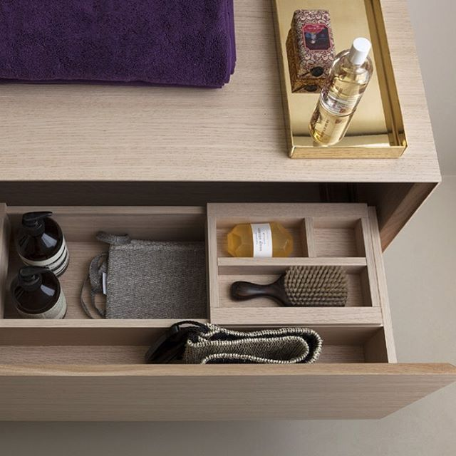 Save precious time in the morning with everything in its place. #bathroomdesign #bathroominspiration #makeupstorage #storage #interiores #interiorstyled