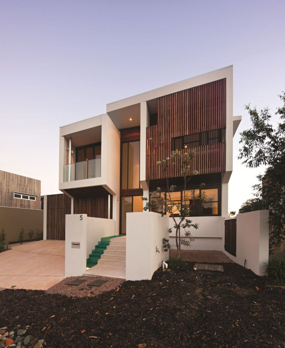 Beautifull House with Wood fence and Wall in Vertical Lines:overview from front