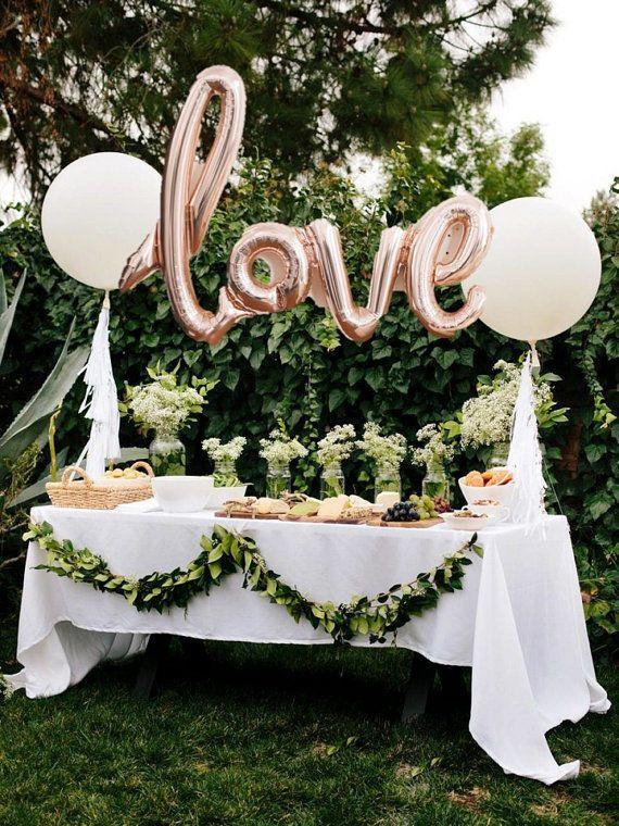 Genial Theyu0027re Not Technically Hanging Centerpieces...but Balloons Are A Great  Decoration For Tables! This Outdoor Wedding Reception Table Used Rose Gold  Mylar ...