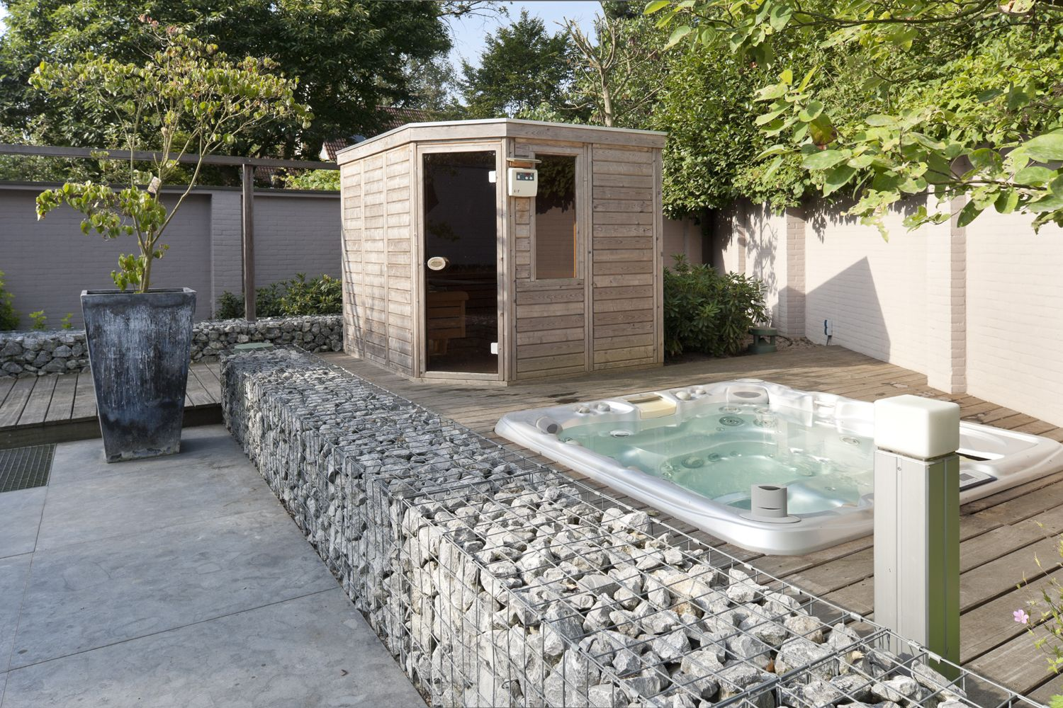 Jacuzzi In Tuin : Een jacuzzi in de tuin royalty wellness