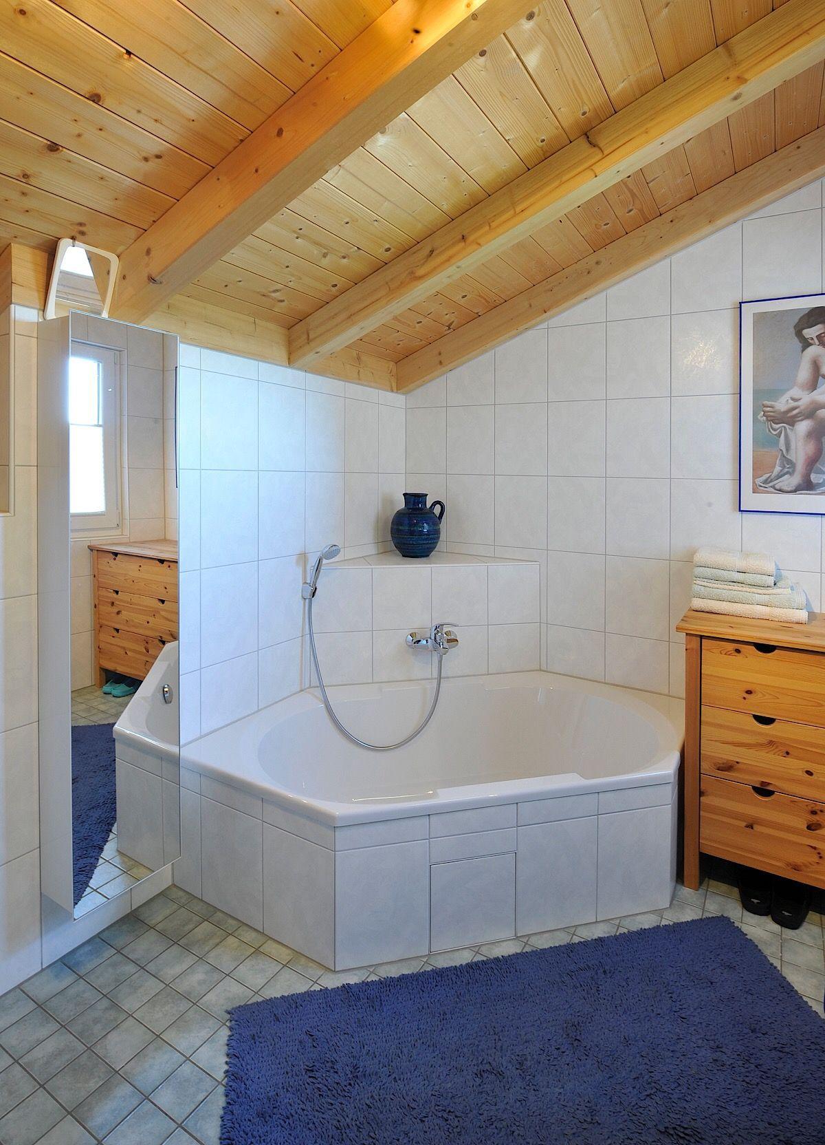 Badezimmer mit Dachschräge, Holzbalken Decke & Eckbadewanne ...