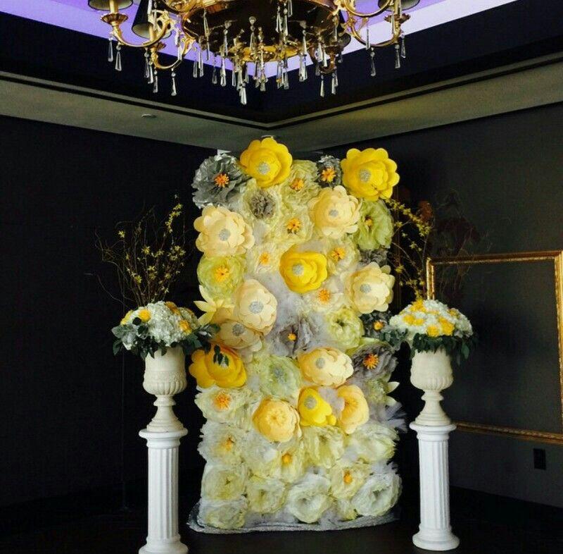 Paper flowers backdrop wedding | Paper backdrop | Pinterest ...
