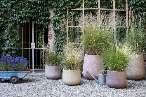 Maanläheinen ja levollinen ruukku - Pinta kuin auringossa halkeillut maaperä. Design Marta Daza Fernandez. Tilaa täältä: http://puksipuushop.fi/tuote/serralunga-memory-pot-301-matala/