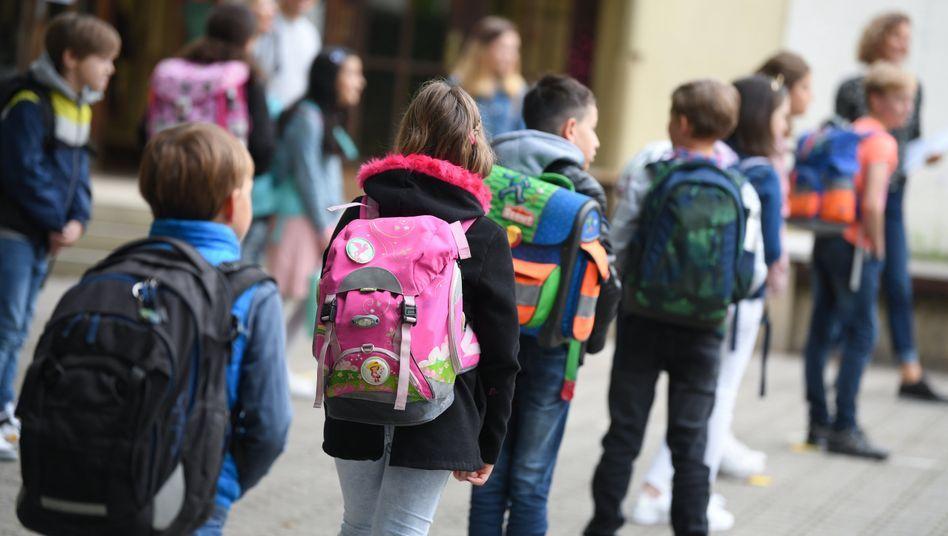 Mit Abstand Auf Dem Schulhof Kinder Seien Zu Beginn Der Pandemie Vollkommen Vernachlassigt Worden So Die Gru Schule Grundschulklasse Kindertageseinrichtung