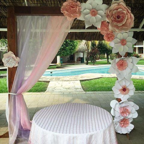 Resultado de imagen para flores gigantes de papel para for Adornos para bodas con plantas
