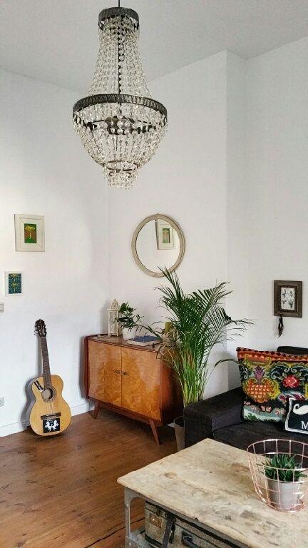 Wohnzimmer mit schönem antiken Wohnzimmertisch und kleinem Lowboard