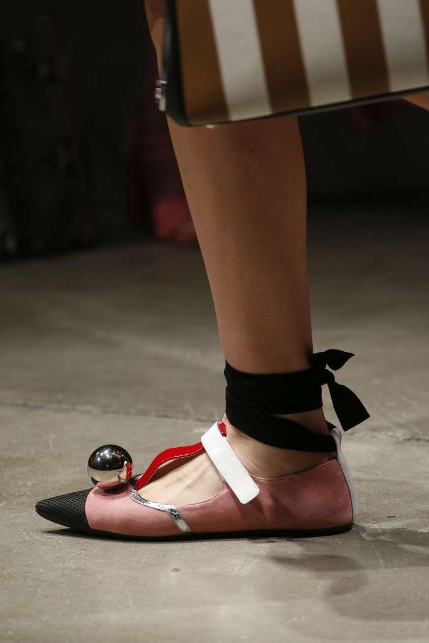 Collezione scarpe Prada Primavera Estate 2016 - Ballerine a punta rosa con  cap toe nero e sfera silver 2599ffd1851