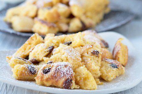 Süß und köstlich schmeckt der flaumige Wiener Rahmschmarrn. Hier ist das Rezept für dieses köstliche Dessert.