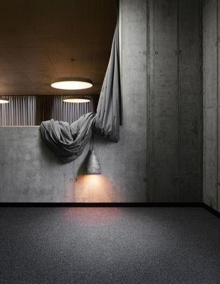 Orbit ist der ideale Velours für schmutzanfällige Bereiche in gewerblichen Projekten. Durch den Einsatz mehrfarbiger Markenfasern entsteht eine sehr harmonische und ruhige Melangeoberfläche, die in der Lage ist oberflächlichen Schmutzeintrag zu verbergen. Orbit wird in 15 trendigen Objektfarben angeboten.Teppich | Teppichboden | Büro | Akustik www.toucan-t.de