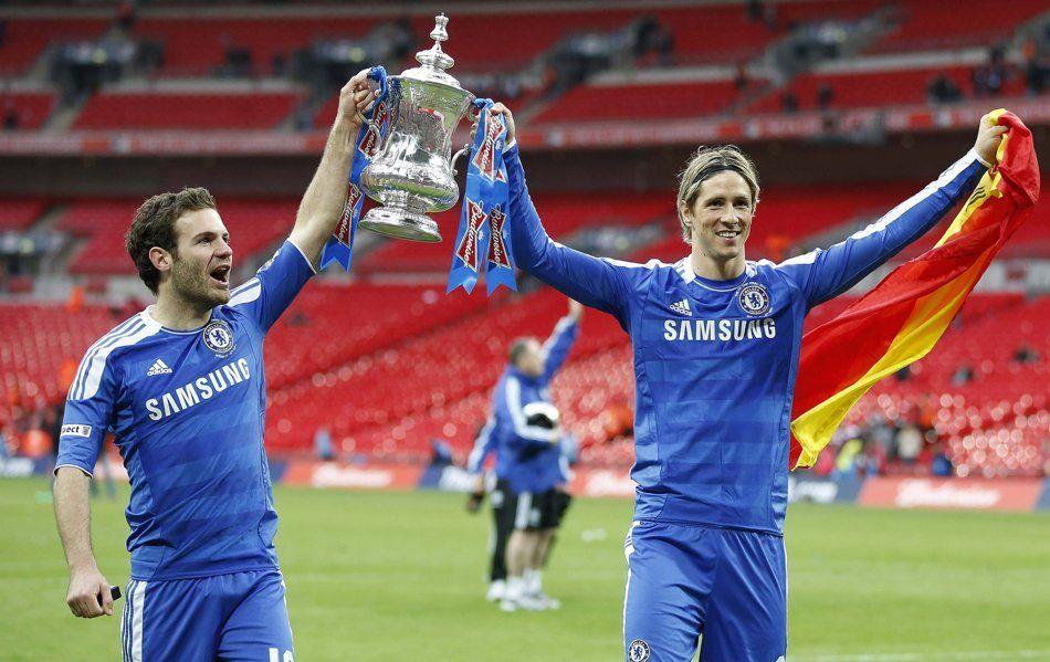 Juan Mata & Fernando Torres celebrate with The FA Cup