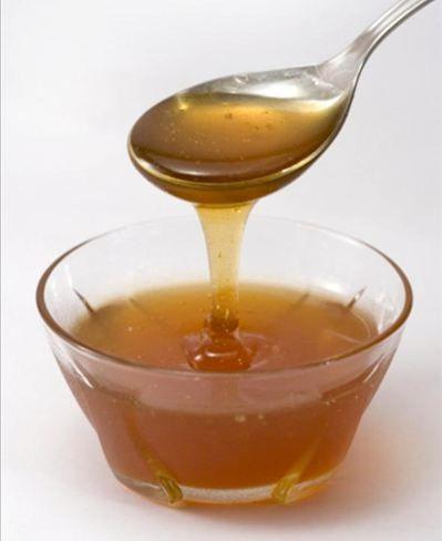 Tosse  Receita: Mel de eucalipto com gotas de própolis   Por que funciona: o mel ajuda na expectoração e diminui a irritação da garganta. O própolis é anti-inflamatório   Riscos: Pessoas diabéticas não podem consumir o mel, assim como menores de 1 ano de idade.