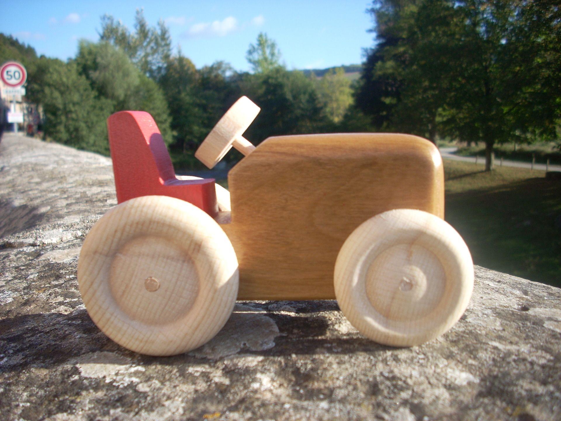 jouet en bois petit tracteur en merisier pour enfant ou d coration jeux jouets par le petit. Black Bedroom Furniture Sets. Home Design Ideas