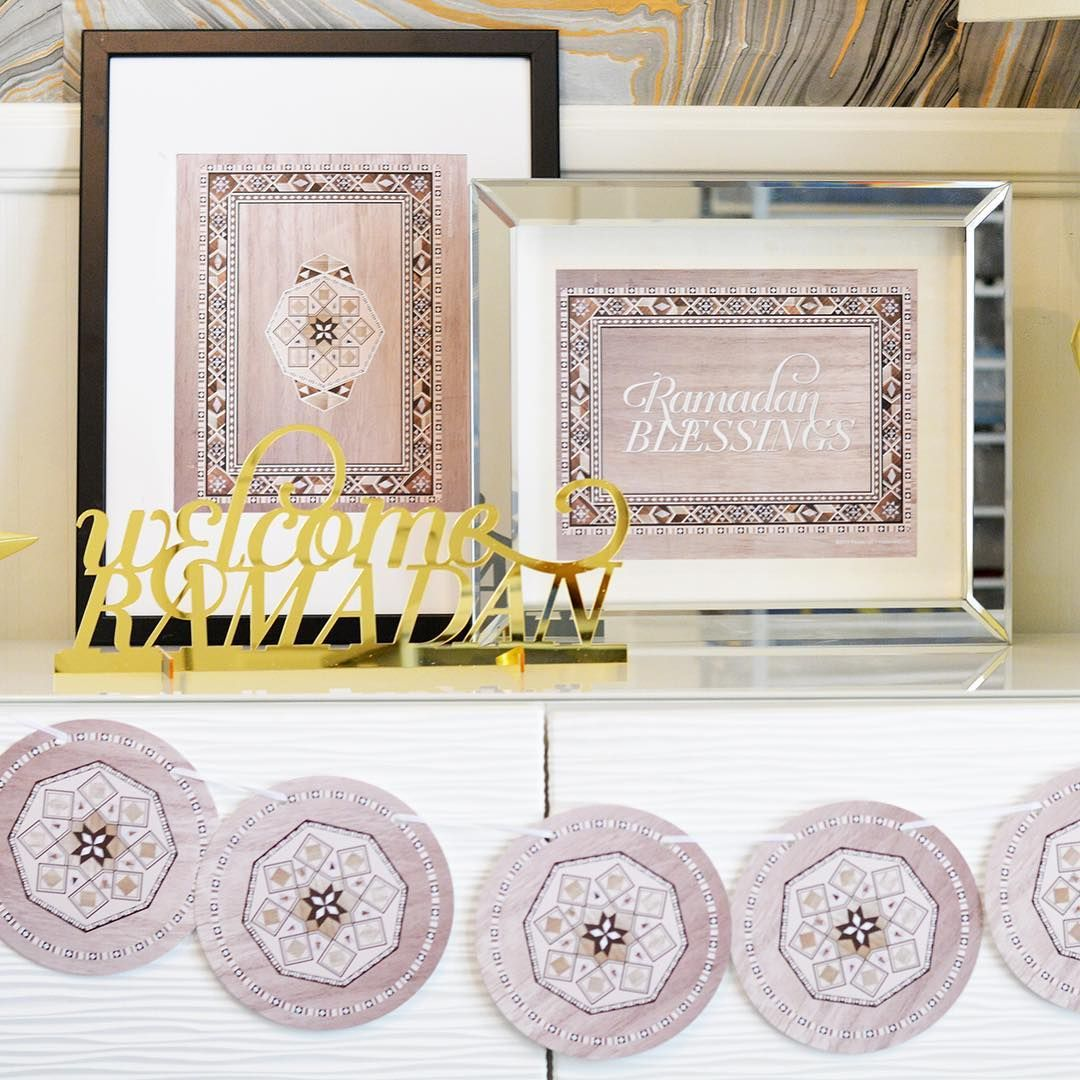 Our Damasq collection Art Prints and circle banner living comfortably with our new Welcome Ramadan acrylic table sign.  The perfect mix of old world and new. TAP TO SHOP ⠀⠀⠀⠀⠀⠀⠀⠀ .⠀⠀⠀⠀⠀⠀⠀⠀⠀ .⠀⠀⠀⠀⠀⠀⠀⠀⠀ .⠀⠀⠀⠀⠀⠀⠀⠀⠀ #syrianmosaic #damascus #sadef #syrianinlay #motherofpearl #Ramadan #eid #ramadandecor #eiddecor #moderneid #decorations #party #partydecor #partydecor #eidcrafts #ramadancrafts #giftbox #charitablegiving