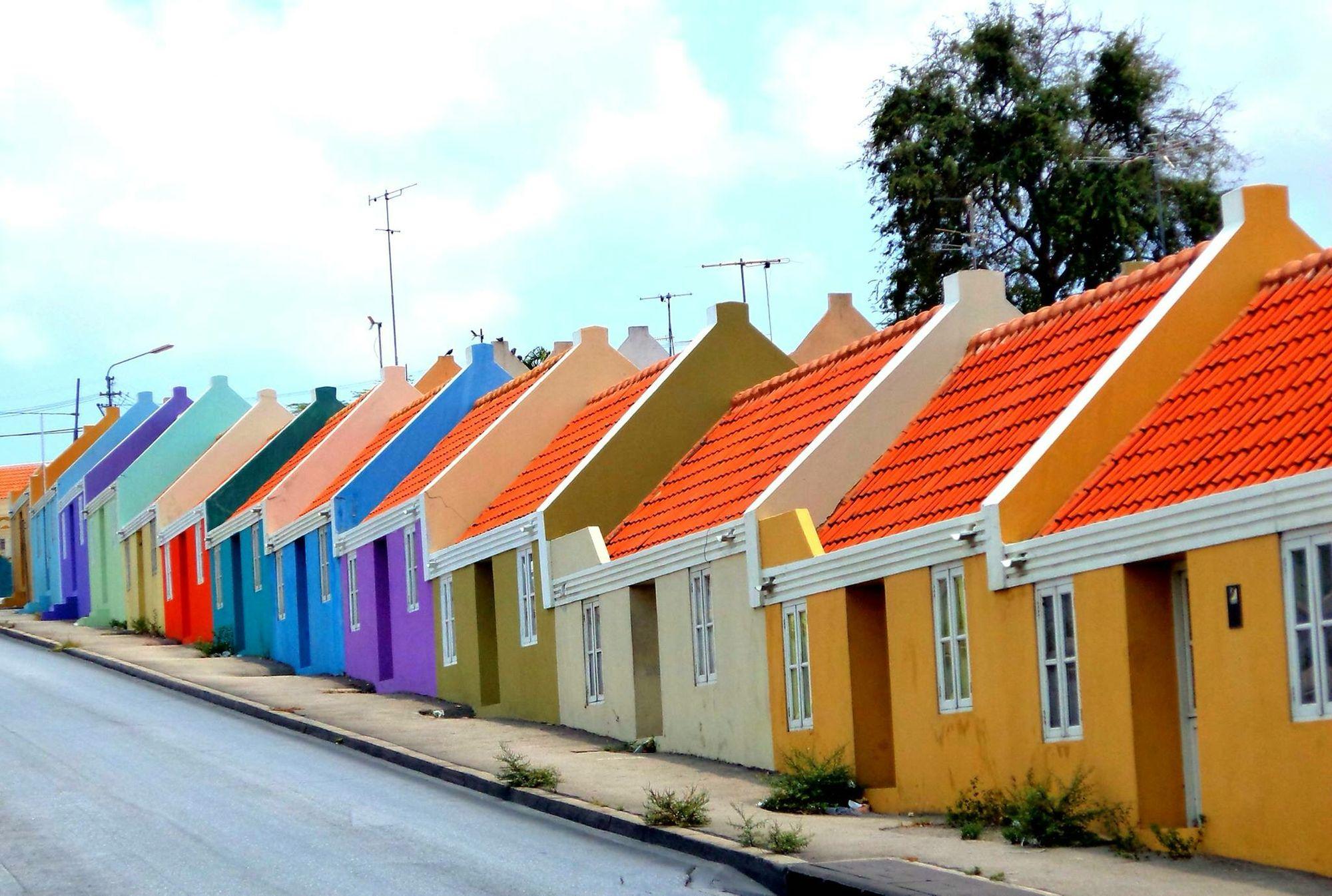 Bijna overal waar u kijkt op Curaçao zijn de huizen felgekleurd. Iets wat voor een erg gezellig straatbeeld zorgt.