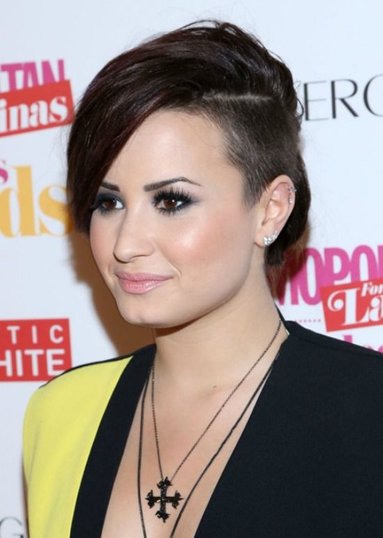 Demi Lovato Side Parted Short Hair 550x