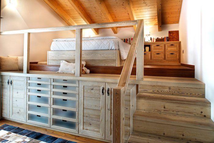 Mansardenwohnung Auf Zwei Niveaus Schrank Mit Vielen Schubladen Unter Dem  Bett Schlafzimmer Treppe Zum Bett
